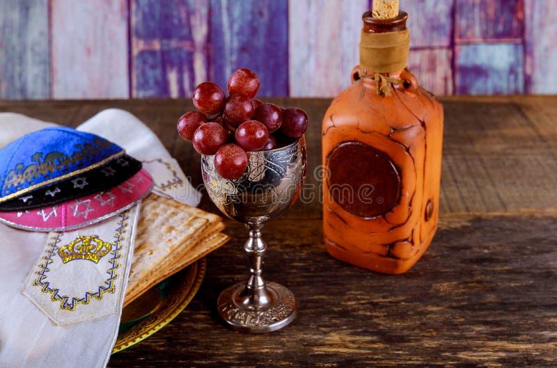 Ciérrese para arriba de matzot y de tallit judíos del passover del día de fiesta del concepto el substituto para el pan en el día imagenes de archivo