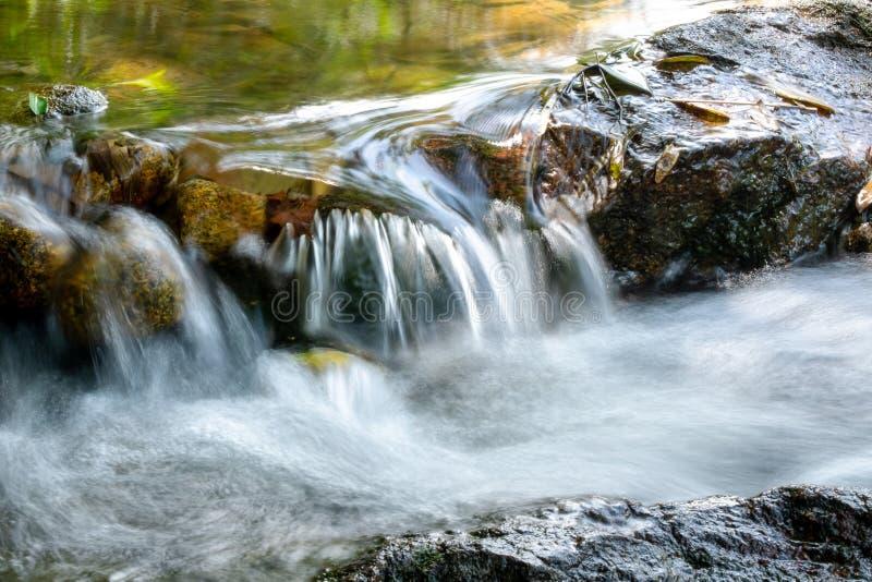 Ciérrese para arriba de mini corriente del río de la cascada fotos de archivo