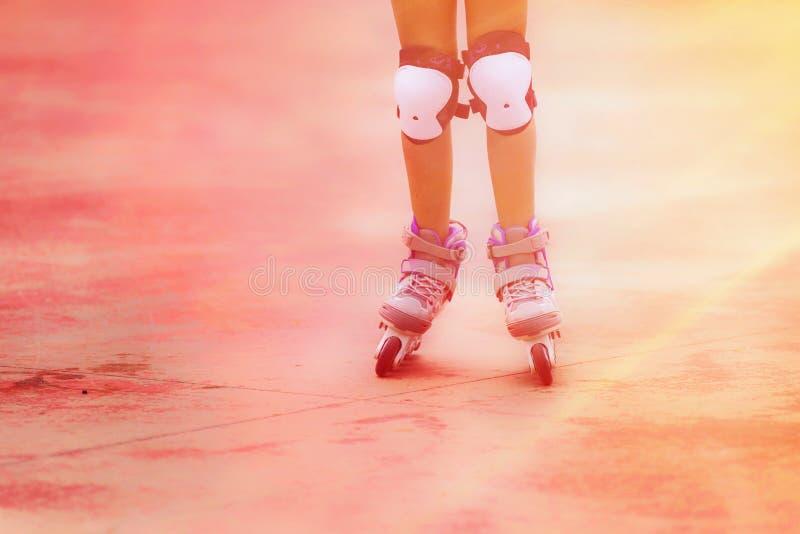 Ciérrese para arriba de muchacha del patinador del rodillo Imagen entonada imagen de archivo