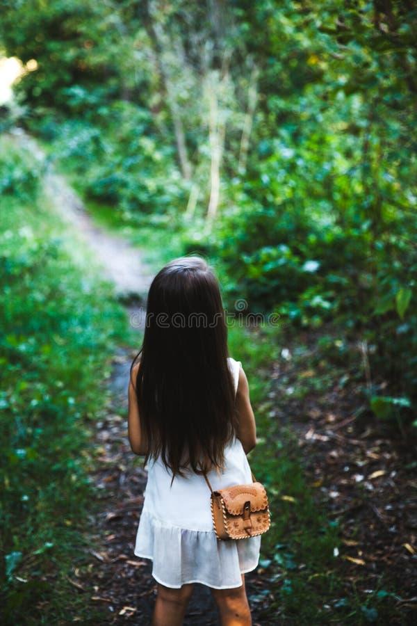 Ciérrese para arriba de muchacha en el vestido blanco imagenes de archivo