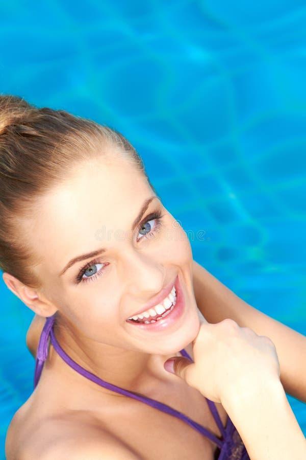 Ciérrese para arriba de muchacha feliz en piscina foto de archivo libre de regalías