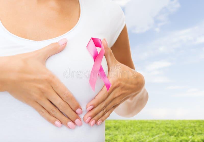 Ciérrese para arriba de mujer con la cinta de la conciencia del cáncer foto de archivo