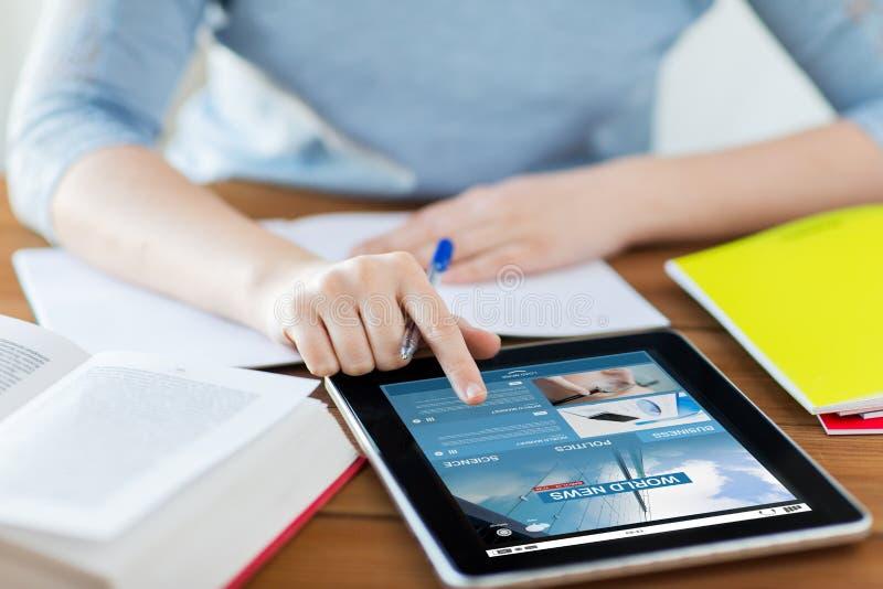 Ciérrese para arriba de mujer con noticias de negocio en la PC de la tableta foto de archivo