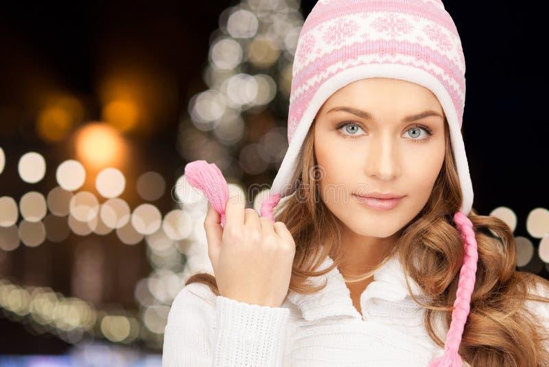 Ciérrese para arriba de mujer en sombrero sobre luces de la Navidad fotos de archivo libres de regalías