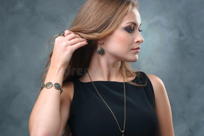 Ciérrese para arriba de mujer joven hermosa con el maquillaje perfecto que lleva el lu fotos de archivo libres de regalías