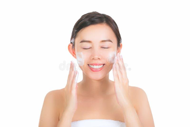 Ciérrese para arriba de mujer joven hermosa con la espuma de limpiamiento para la piel c fotos de archivo