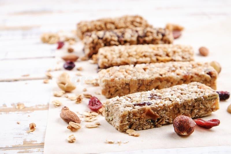 Ciérrese para arriba de multitoma de la comida de la aptitud con los diferentes tipos de nueces mezcladas Dulces vegetarianos sin fotos de archivo libres de regalías