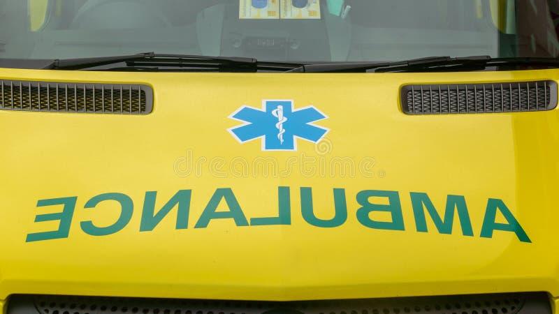 Ciérrese para arriba de nombre de la ambulancia en el frente del vehículo fotos de archivo