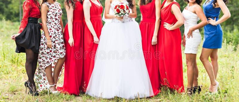 Ciérrese para arriba de novia y de damas de honor imagenes de archivo