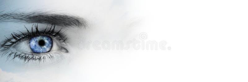 Ciérrese para arriba de ojo con el globo en iris y la transición blanca borrosa fotos de archivo libres de regalías