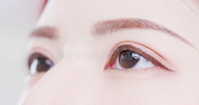 Ciérrese para arriba de ojos de la mujer imagen de archivo