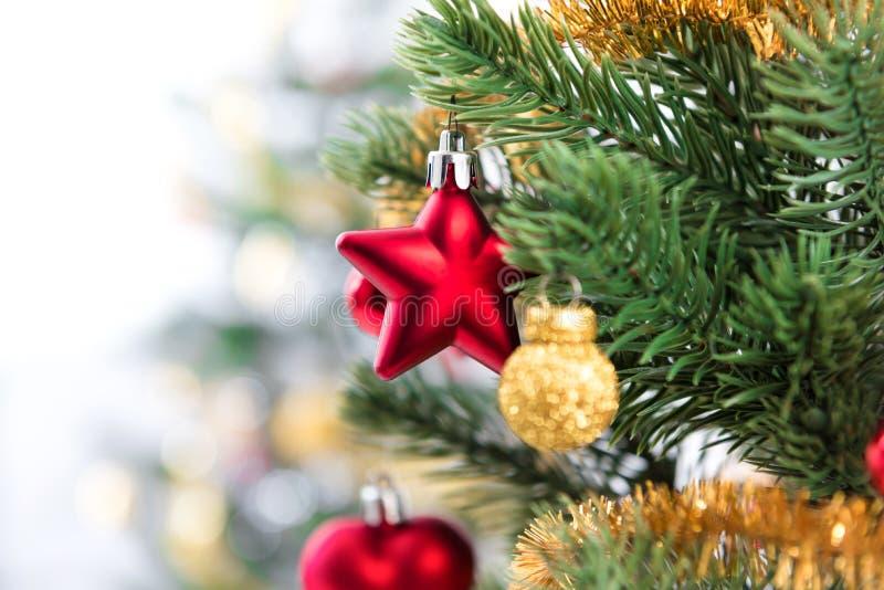 Ciérrese para arriba de ornamentos en el árbol de navidad fotografía de archivo libre de regalías
