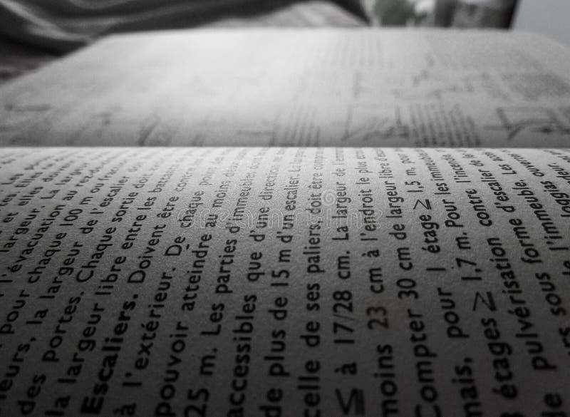 Ciérrese para arriba de palabras en un libro con 1/3 composición horizontal imagen de archivo libre de regalías