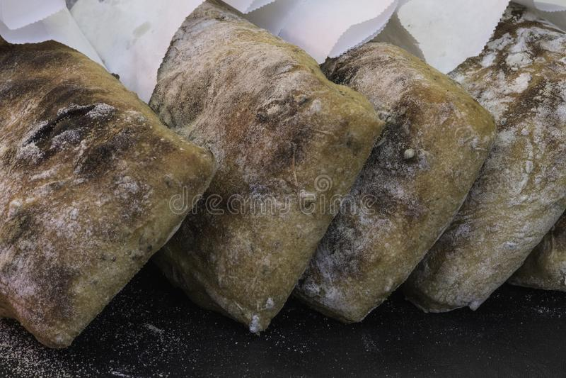 Ciérrese para arriba de panes del pan recientemente cocido en el mercado foto de archivo libre de regalías