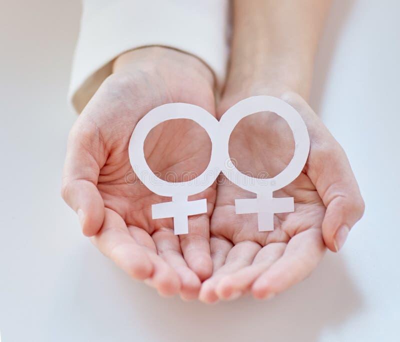 Ciérrese para arriba de pares lesbianos felices con símbolo del venus imagen de archivo libre de regalías