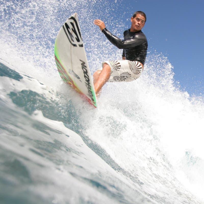 Ciérrese para arriba de persona que practica surf foto de archivo