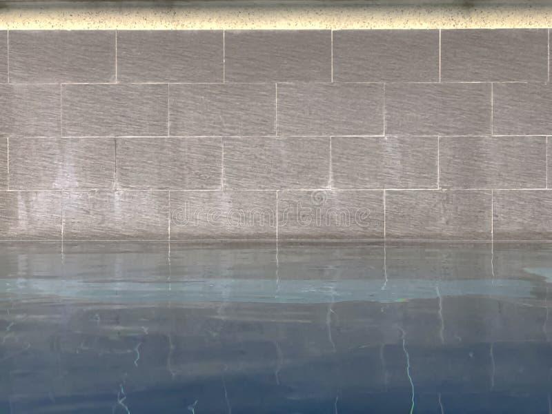 Ciérrese para arriba de piscina con la pared de ladrillo fotografía de archivo libre de regalías