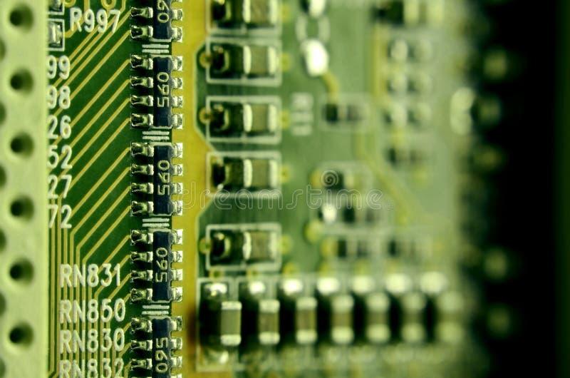 Ciérrese para arriba de placa de circuito micro coloreada Fondo abstracto de la tecnología Mecanismo del ordenador detalladamente imágenes de archivo libres de regalías