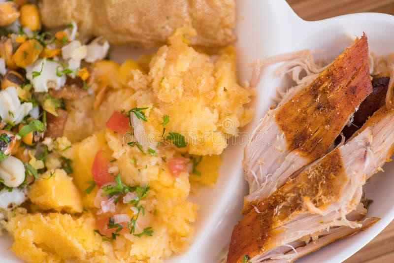 Ciérrese para arriba de purés de patata hechos en casa con la ensalada, el tostado, la mota de polvo y pedazos cortados de hornad fotografía de archivo