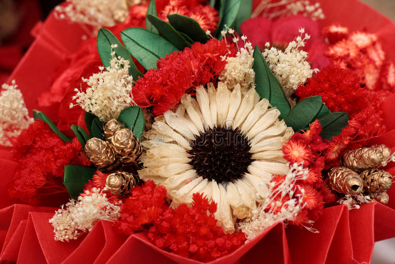 Ciérrese para arriba de ramo colorido de las flores artificiales fotos de archivo