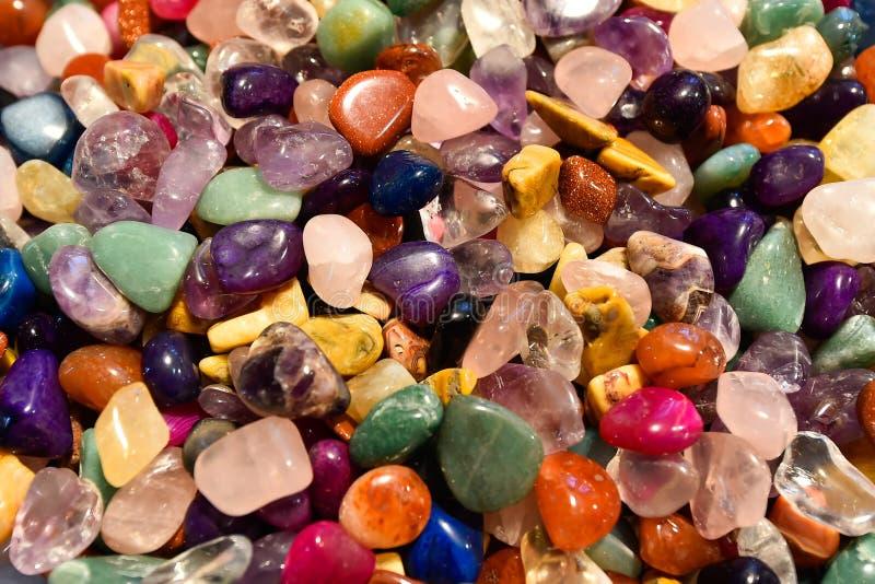 Ciérrese para arriba de rocas cristal coloreadas imagenes de archivo
