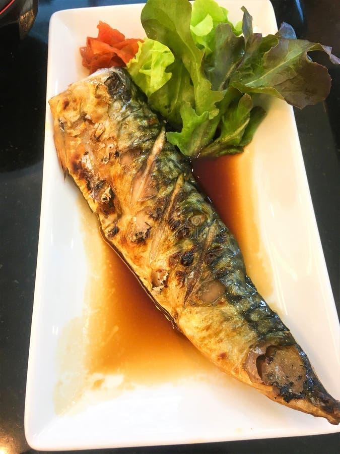 Ciérrese para arriba de Saba Teriyaki o de Shioyaki con la verdura en el plato blanco imagen de archivo