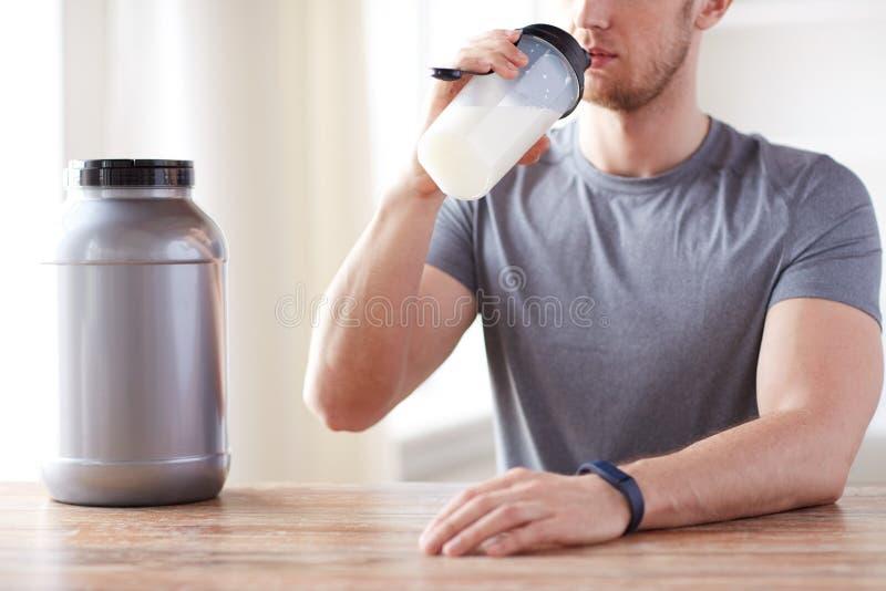 Ciérrese para arriba de sacudida de consumición de la proteína del hombre imagen de archivo