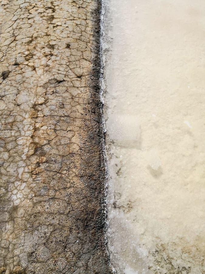Ciérrese para arriba de salina tradicional Isla Cristina, Huelva, España Deposita los sedimentos, los canales y los planos de fan fotografía de archivo libre de regalías