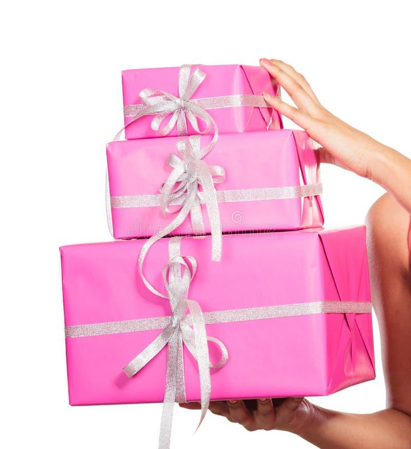 Ciérrese para arriba de ser humano con los regalos de las cajas Navidad fotos de archivo libres de regalías