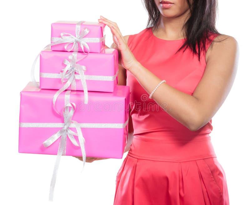 Ciérrese para arriba de ser humano con los regalos de las cajas Navidad imagen de archivo libre de regalías