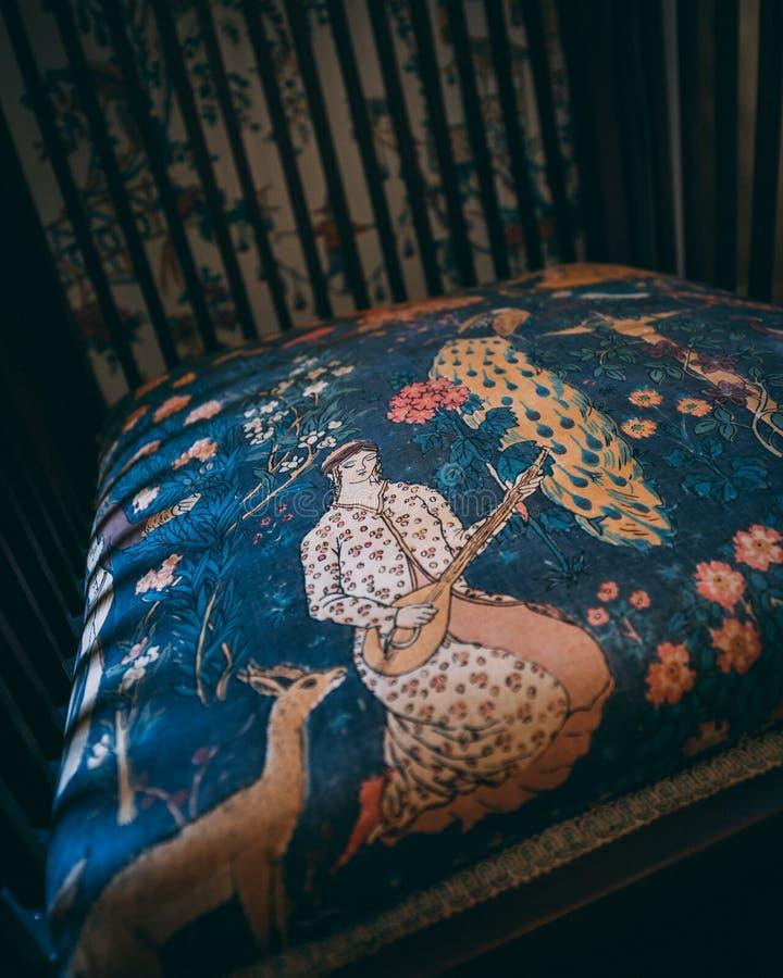 Ciérrese para arriba de silla en casa histórica imagenes de archivo