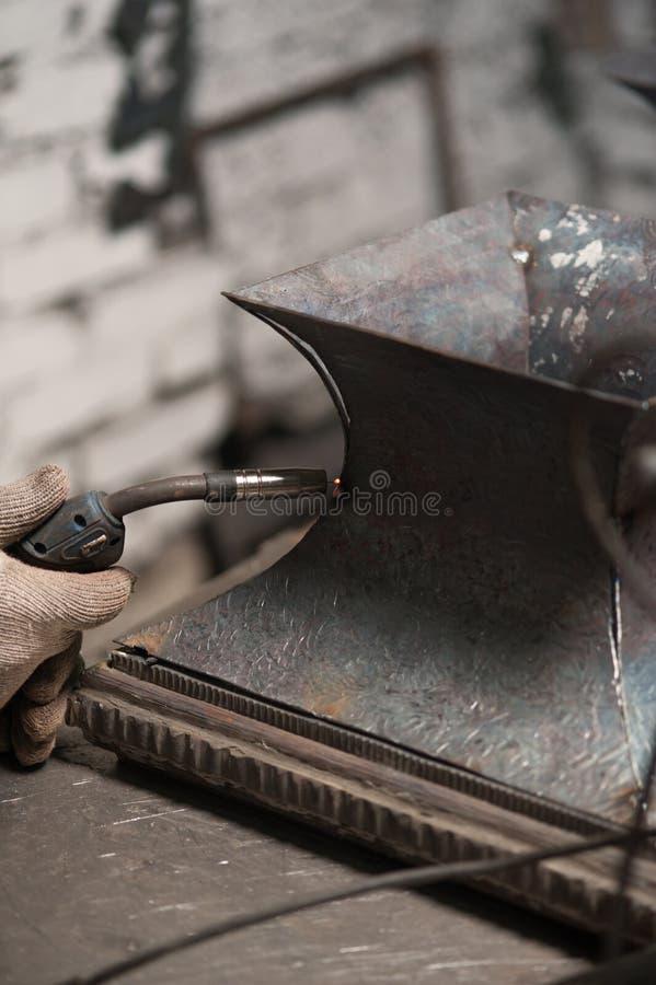 Ciérrese para arriba de soldar de la placa de metal en taller fotos de archivo