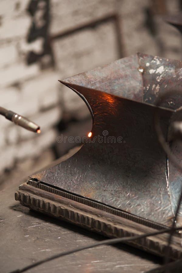 Ciérrese para arriba de soldar de la placa de metal en taller fotografía de archivo libre de regalías