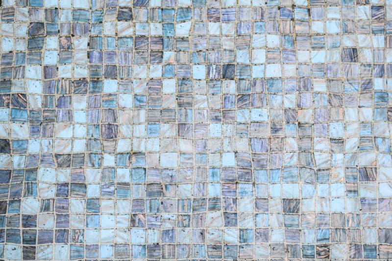Ciérrese para arriba de suelo de baldosas debajo del agua, tono azul de la teja cuadrada para el fondo fotos de archivo