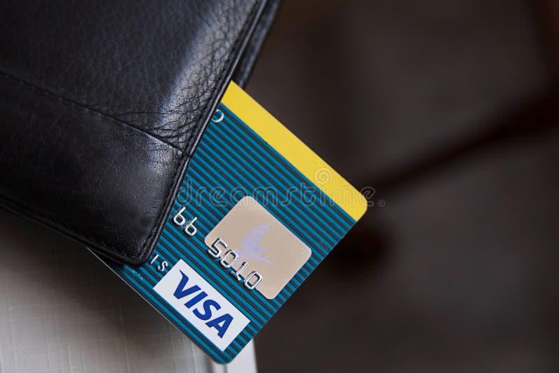 Ciérrese para arriba de tarjeta de crédito en el teclado de ordenador imagenes de archivo