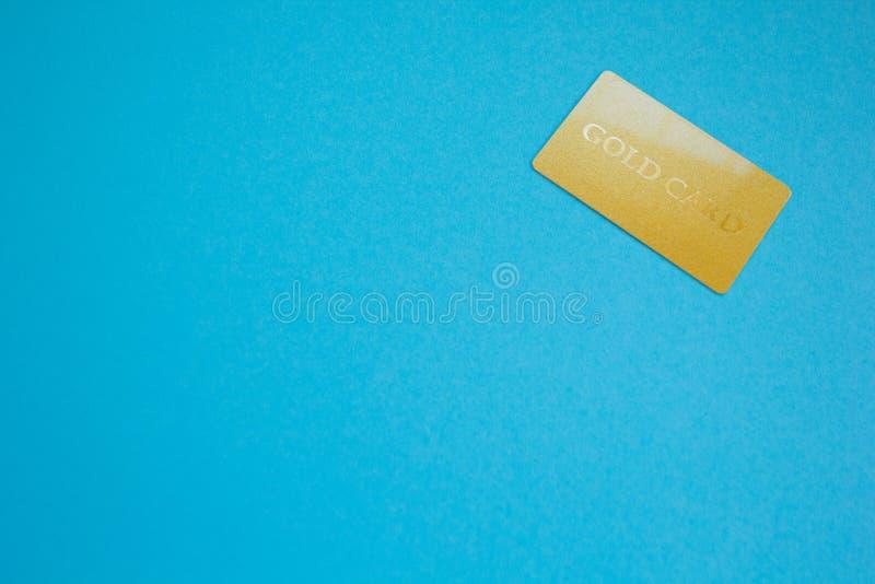 Ciérrese para arriba de tarjeta de oro con el espacio para el texto, tema azul foto de archivo