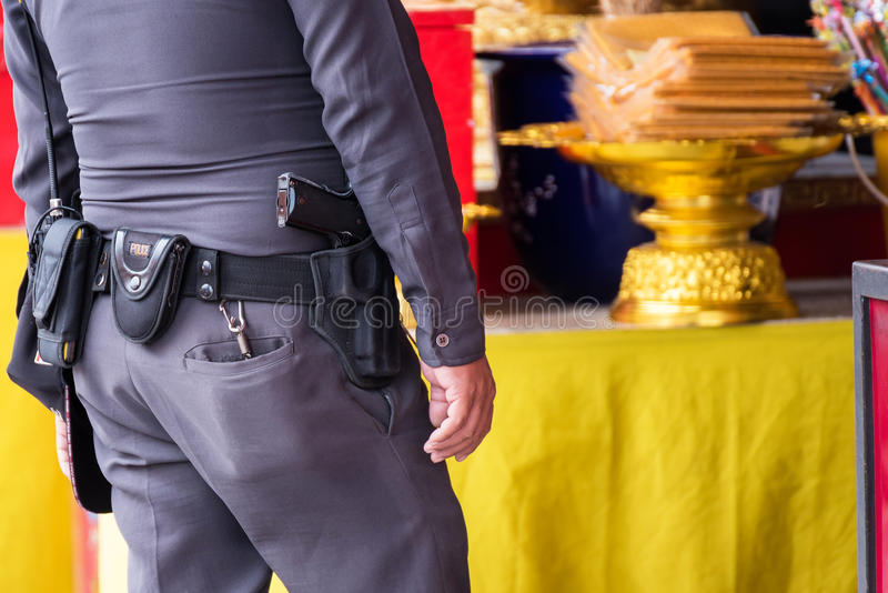 Ciérrese para arriba de Thailand& x27; pistola de la policía de s, Policeman& x27; correa del equipo de s fotografía de archivo