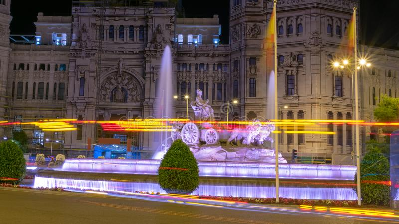 Ciérrese para arriba de tráfico en la noche alrededor del cuadrado Madrid de Cibeles foto de archivo libre de regalías
