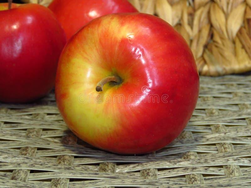 Ciérrese para arriba de tres manzanas amarillas rojas jugosas La fruta sana orgánica, las manzanas maduras cosecha imagen de archivo libre de regalías