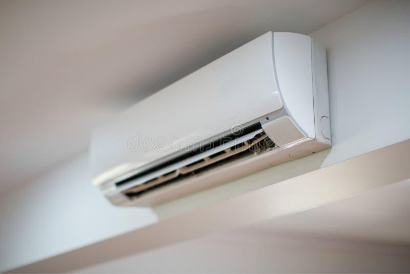 Ciérrese para arriba de un acondicionador de aire en una pared blanca fotografía de archivo