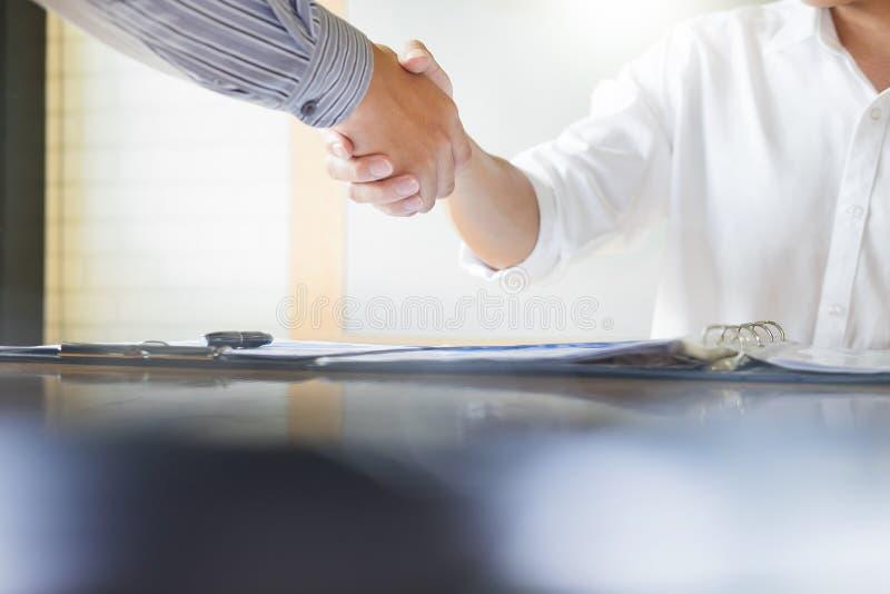 Ciérrese para arriba de un apretón de manos del negocio, acabando para arriba un acquisi de encuentro imagen de archivo
