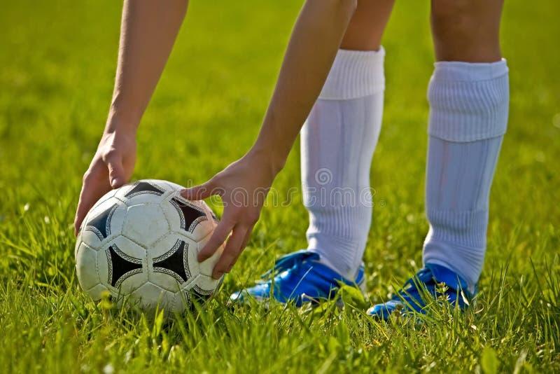 Ciérrese para arriba de un balón de fútbol foto de archivo