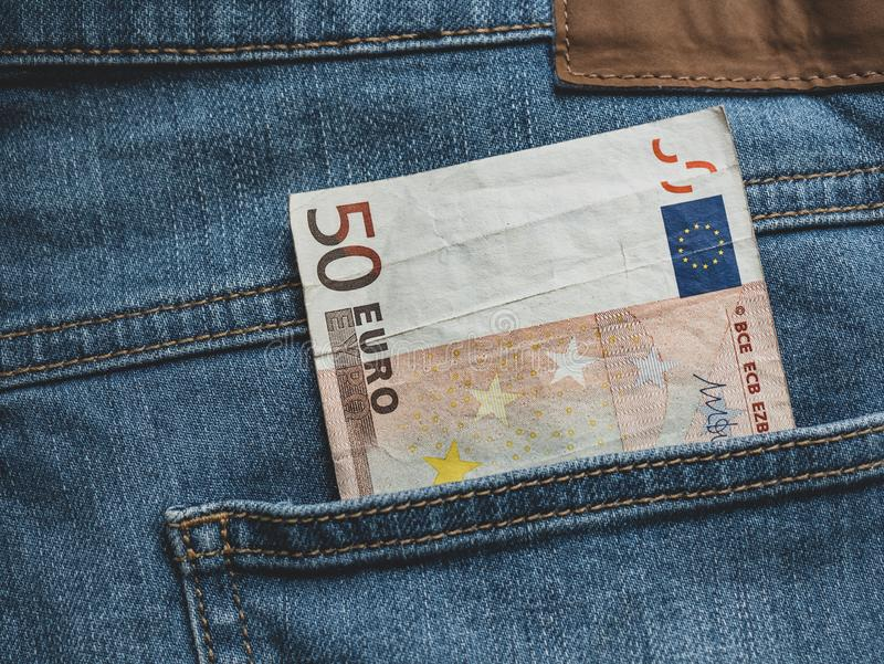Ciérrese para arriba de un billete de banco del euro 50 en un bolsillo imagen de archivo