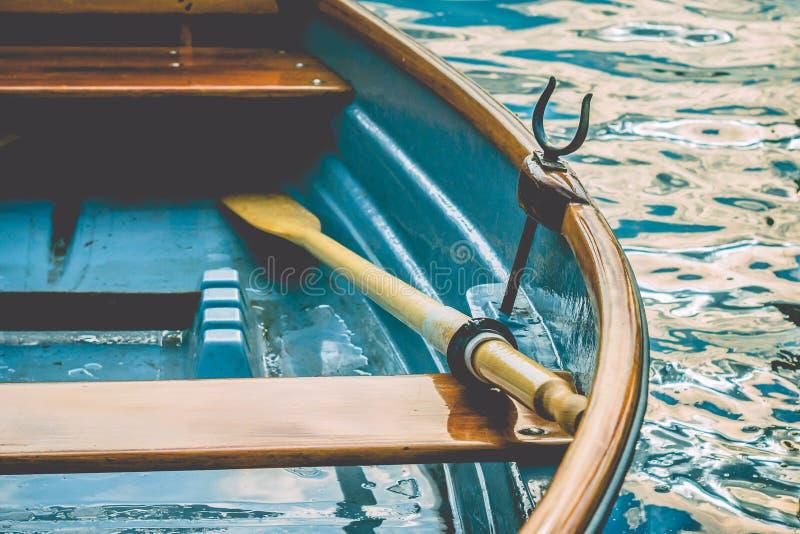Ciérrese para arriba de un bote de remos de madera del placer en el embarcadero de un lago fotos de archivo libres de regalías
