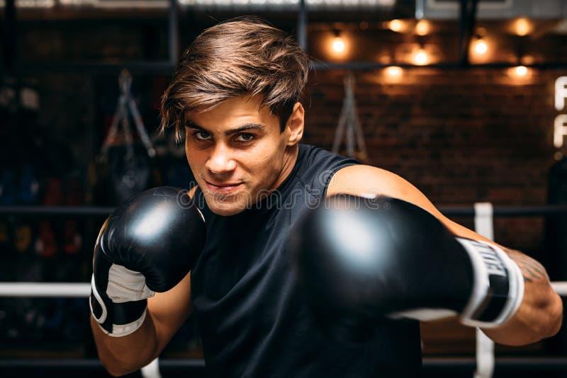 Ciérrese para arriba de un boxeador de sexo masculino joven con los guantes de boxeo imágenes de archivo libres de regalías