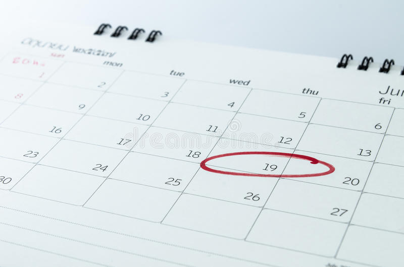 Ciérrese para arriba de un calendario y de una marca imagen de archivo libre de regalías