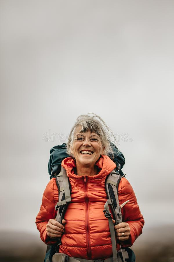 Ciérrese para arriba de un caminante femenino sonriente que se coloca al aire libre imágenes de archivo libres de regalías