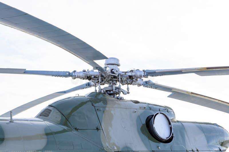 Ciérrese para arriba de un eje y de las cuchillas del rotor del helicóptero fotos de archivo