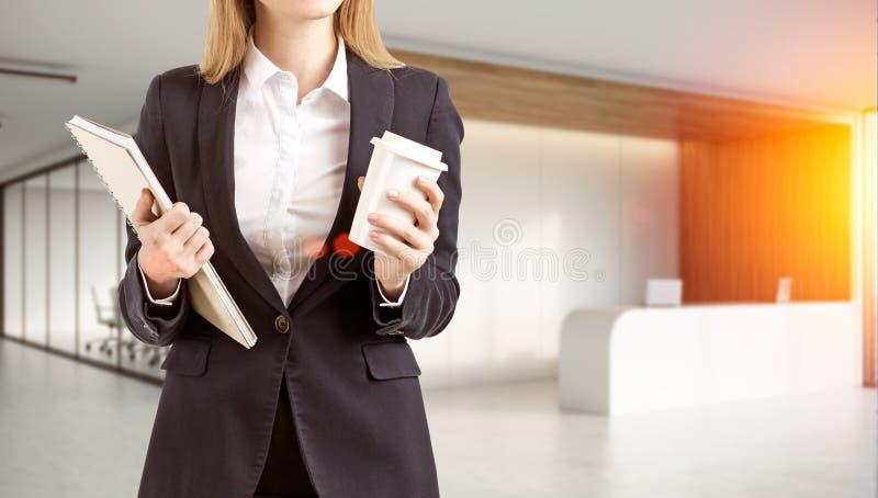 Ciérrese para arriba de un empleado de oficina que se coloca en el pasillo libre illustration