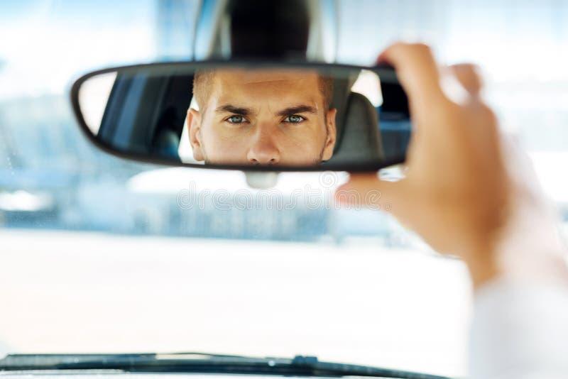 Ciérrese para arriba de un espejo retrovisor foto de archivo